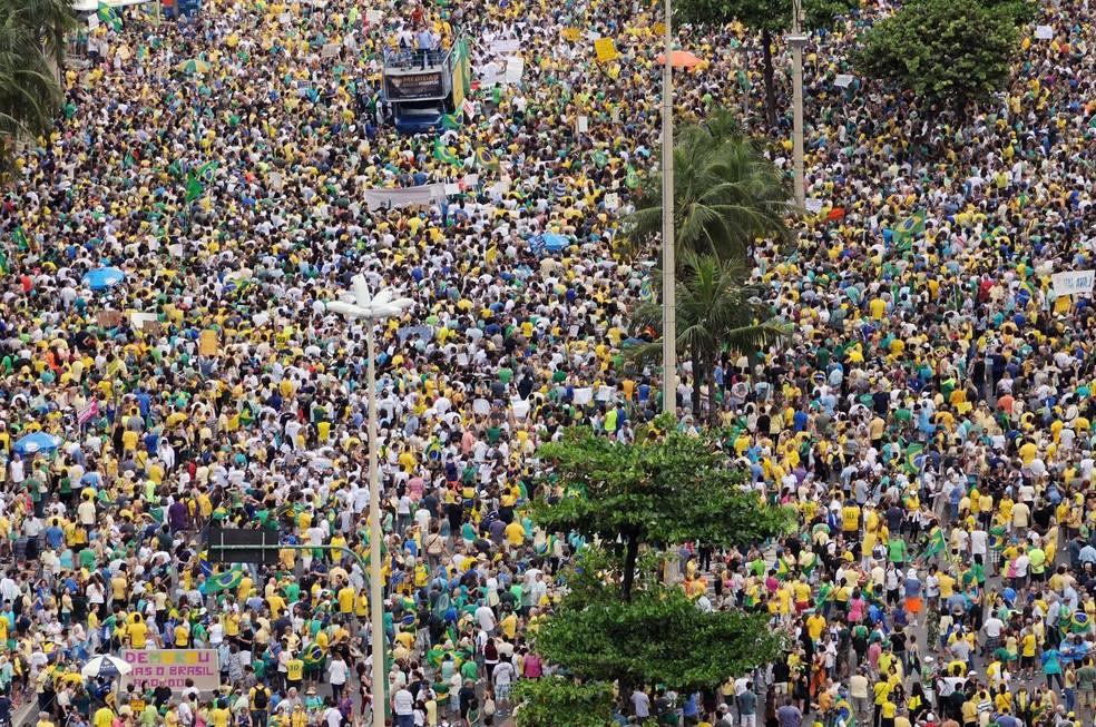 Multidão toma conta da Avenida Atlântica, Rio de Janeiro.