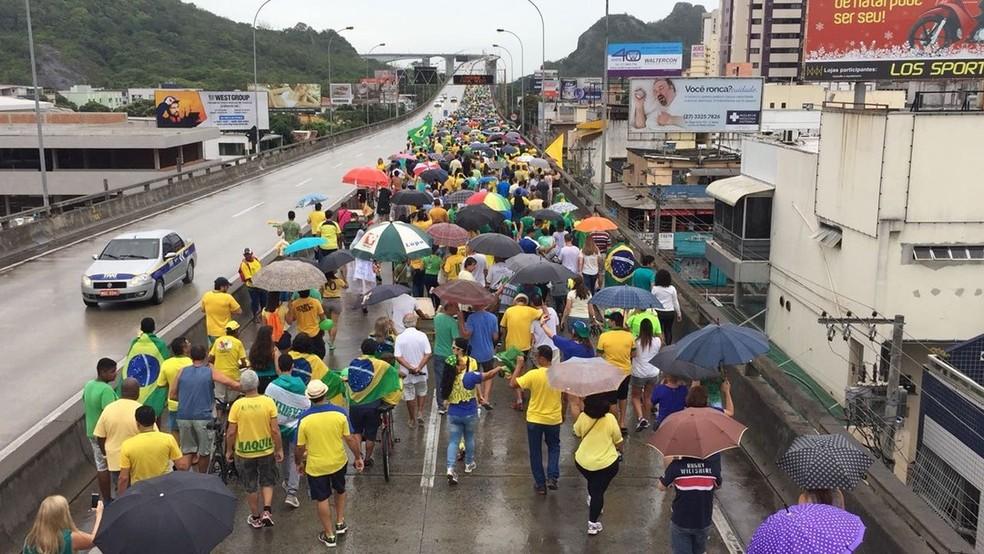 Grupo atravessa ponte que liga Vila Velha a Vitória em ato pela Lava Jato.